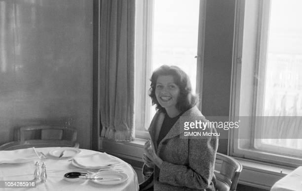 Cherbourg France octobre 1955 L'actrice américaine Rita HAYWORTH débarque en France avec ses filles Ici de troisquarts souriante assise seule à une...
