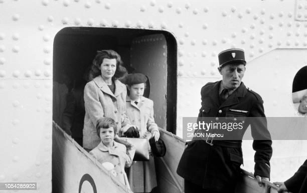 Cherbourg France octobre 1955 L'actrice américaine Rita HAYWORTH débarque en France Ici descendant du paquebot de la compagnie Cunard Line avec ses...