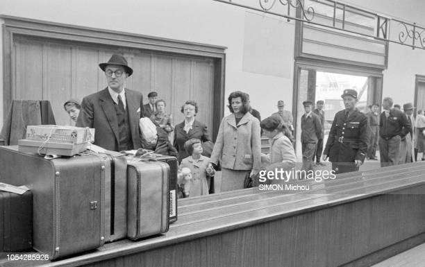 Cherbourg France octobre 1955 L'actrice américaine Rita HAYWORTH débarque en France Ici venant récupérer ses valises après être descendue du paquebot...