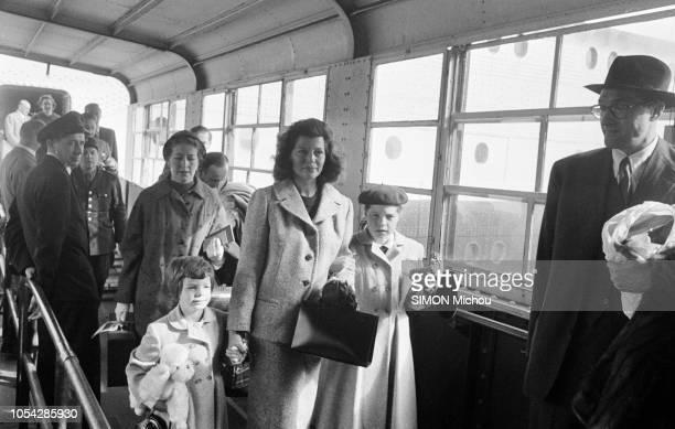Cherbourg France octobre 1955 L'actrice américaine Rita HAYWORTH débarque en France Ici sur une passerelle à sa descente du paquebot de la compagnie...