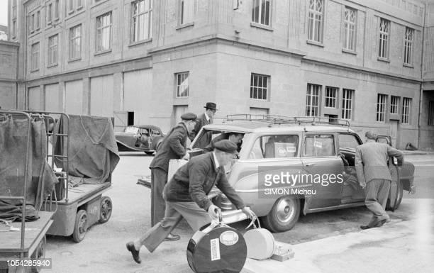 Cherbourg France octobre 1955 L'actrice américaine Rita HAYWORTH débarque en France avec ses filles Ici des bagagistes chargeant ses nombreuses...