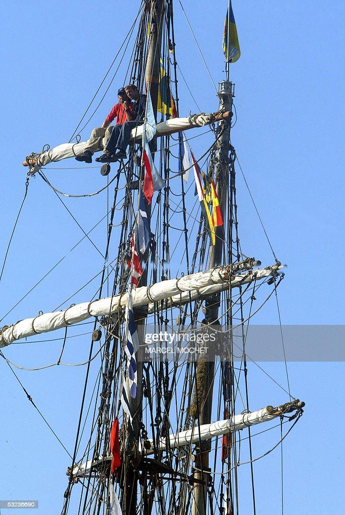 Deux Marins Sont Assis Sur Une Hune En Tete De Mat D Un Grand Voilier News Photo Getty Images