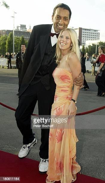 """Cherno Jobatey, Lebensgefährtin Kathrin, Verleihung """"Deutscher Filmpreis 2002"""", Berlin, Ankunft, roter Teppich, Abendkleid,"""