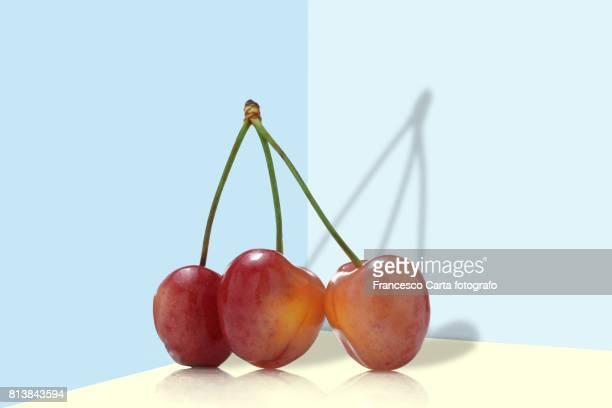 cherries - drie dingen stockfoto's en -beelden