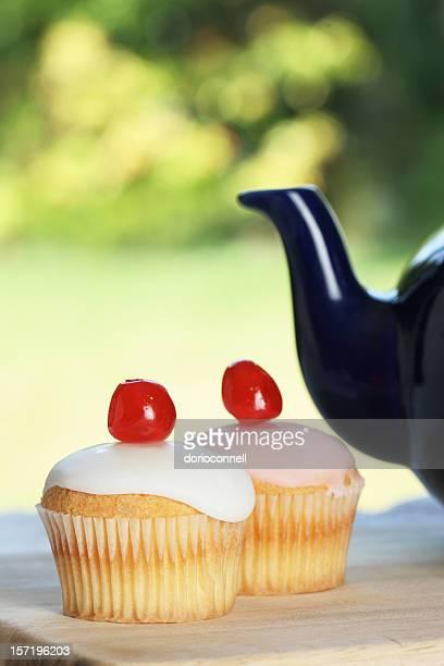 cherry gâteaux avec du thé pot