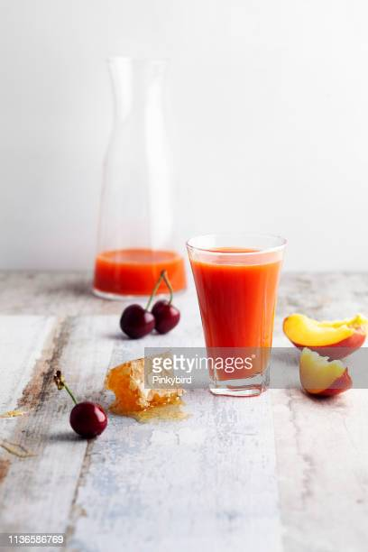 Kirschfrucht und Pfire-Smoothie aus Glas, Pfirsesaft