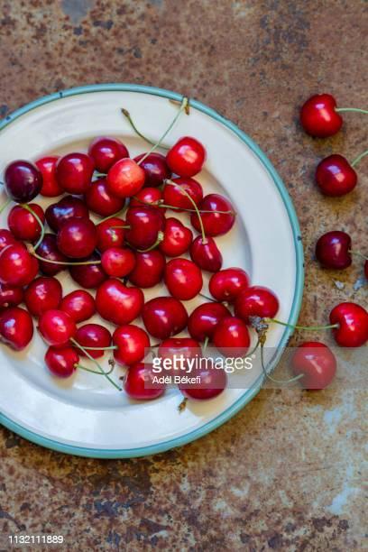 cherry on rusty background - サワーチェリー ストックフォトと画像