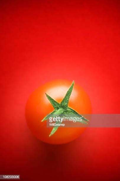 Tomates cerises sur fond rouge
