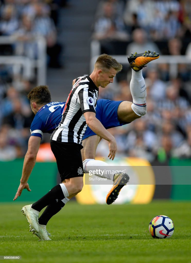Chesea defender Gary Cahill challenges Matt Ritchie of Newcastle during the Premier League match between Newcastle United and Chelsea at St. James Park on May 13, 2018 in Newcastle upon Tyne, England.