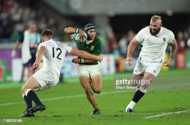 Cheslin Kolbe of South Africa beats the tackles of Owen Farrell and Joe Marler to score the second try as Anthony Watson of England looks dejected...