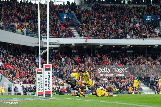 Cheslin Kolbe of Stade Toulouse goes over for a try in front of the massive crowd during the Stade Toulouse Vs Clermont Auvergne Top 14 Regular...