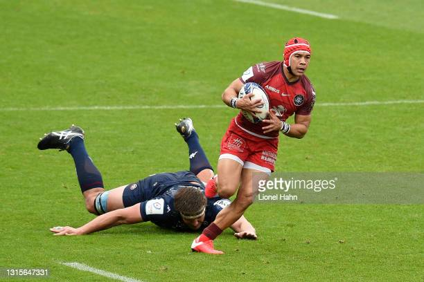Cheslin Kolbe of Toulouse makes a break past Jandre Marais of Bordeaux-Begles during the Heineken Champions Cup Semi Final match between Toulouse and...