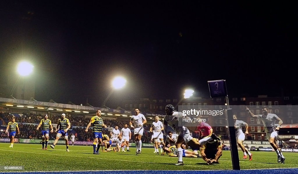 Cheslin Kolbe of Toulouse(C) races in to score his sides first try during the European Rugby Challenge Cup match between Cardiff Blues and Toulouse at Cardiff Arms Park on January 14, 2018 in Cardiff, United Kingdom.