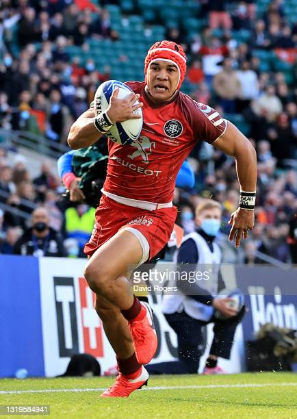 Cheslin Kolbe of Toulouse runs with the ball during the Heineken Champions Cup Final match between La Rochelle and Toulouse at Twickenham Stadium on...