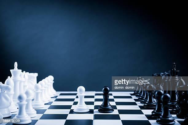 Schach Kampf auf der Schachbrett in Blau, erste Bauer bewegen