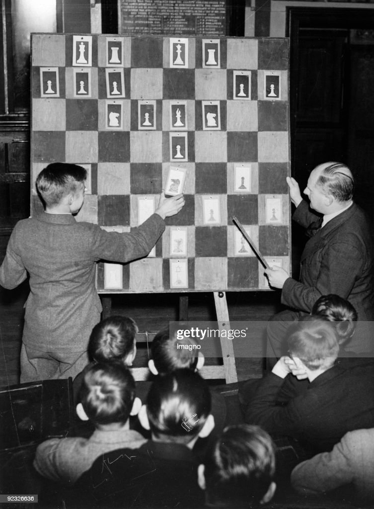 Chess course at the Royal Grammar School in Guildfordden. England. Photograph. 1937. : News Photo
