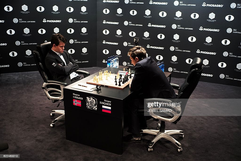 Chess grandmaster and current world chess champion Magnus Carlsen of Norway and challenger Sergey Karjakin of Russia concentrate during their World Chess Championship 2016 round 1 match in New York on November 11, 2016. / AFP / Jewel SAMAD