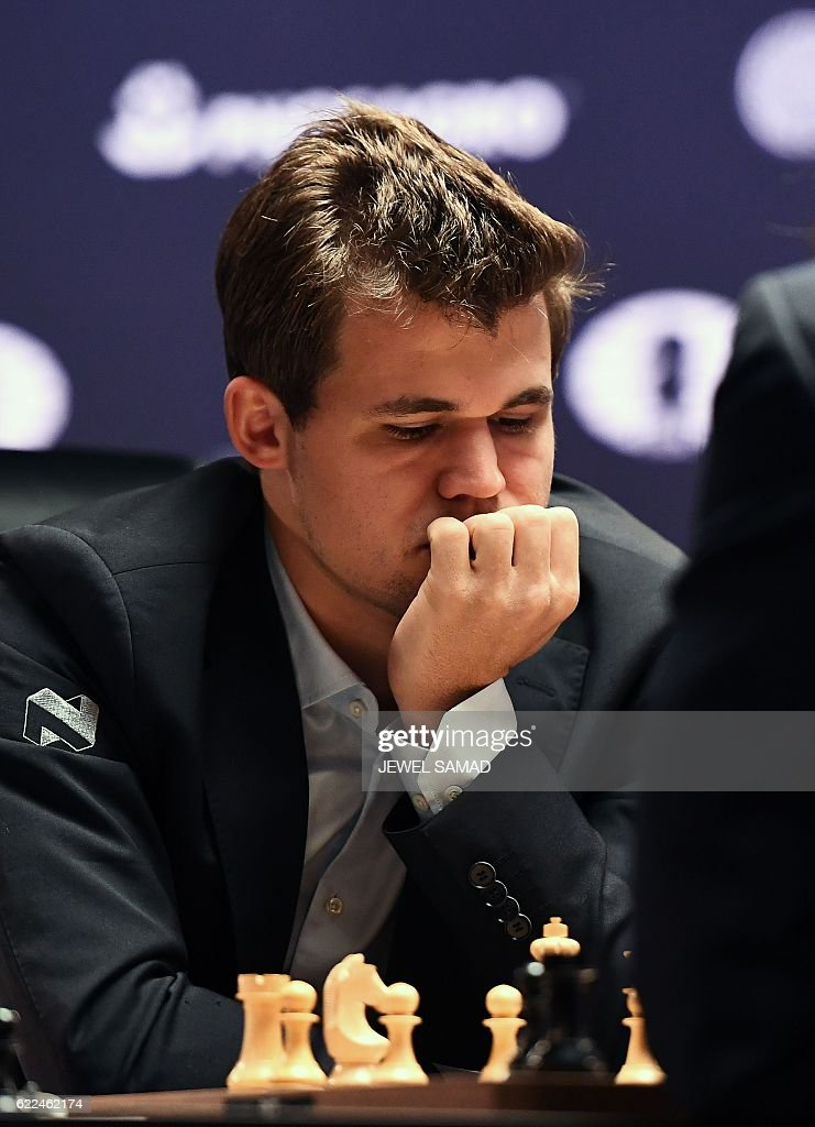 Chess grandmaster Magnus Carlsen of Norway concentrates during his World Chess Championship 2016 round 1 match against challenger Sergey Karjakin of Russia, in New York on November 11, 2016. / AFP / Jewel SAMAD