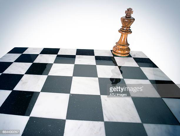 chess king alone - chess board stock pictures, royalty-free photos & images