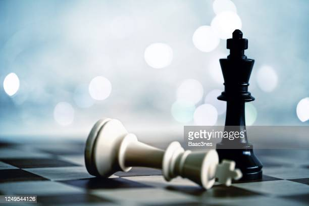 chess pieces on a chessboard - derrota imagens e fotografias de stock