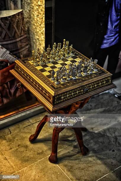 chessboard on a stool - emreturanphoto - fotografias e filmes do acervo