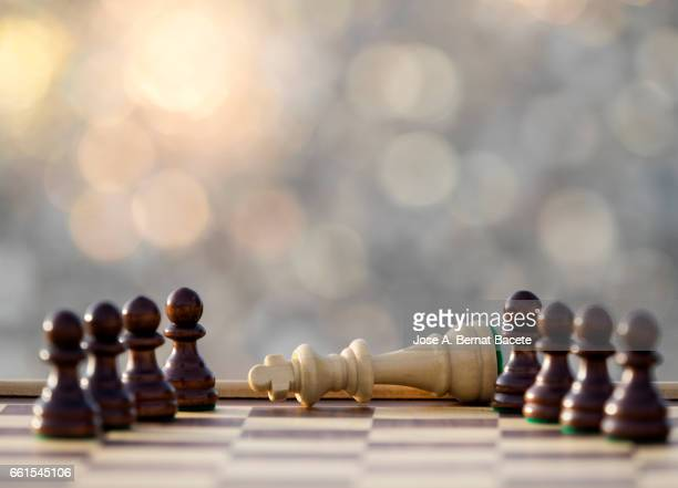 chessboard on a table (checkmate),  illuminated by the light of the sun outdoors - resplandor del objetivo stock pictures, royalty-free photos & images