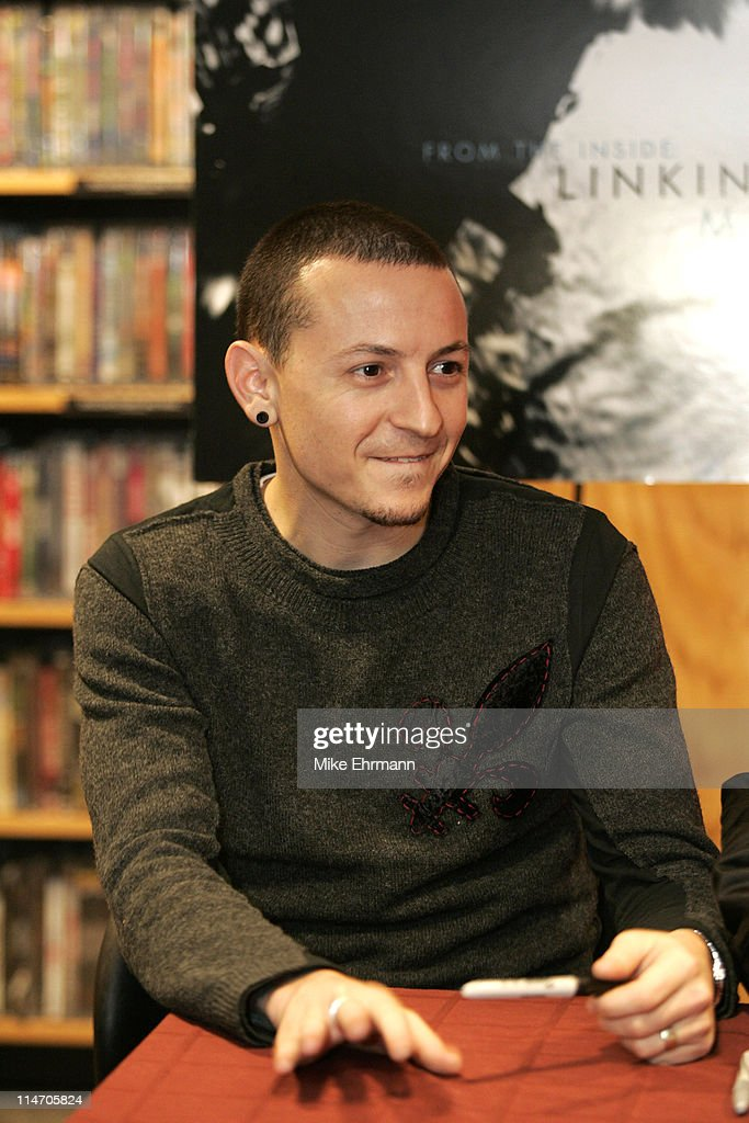 "Linkin Park In-Store Appearance to Promote Their CD ""Collision Course"" : News Photo"