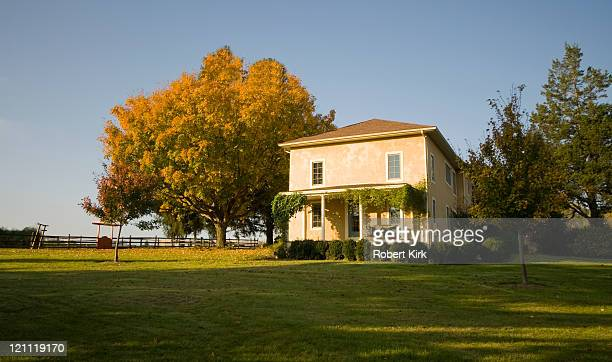 chester county pennsylvania farm house - farmhouse stock pictures, royalty-free photos & images