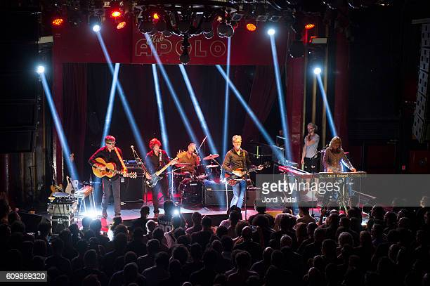 Chet Lyster Marc Perlman Tim O'Reagan Gary Louris and Karen Grotberg of The Jayhawks perform on stage at Sala Apolo on September 22 2016 in Barcelona...