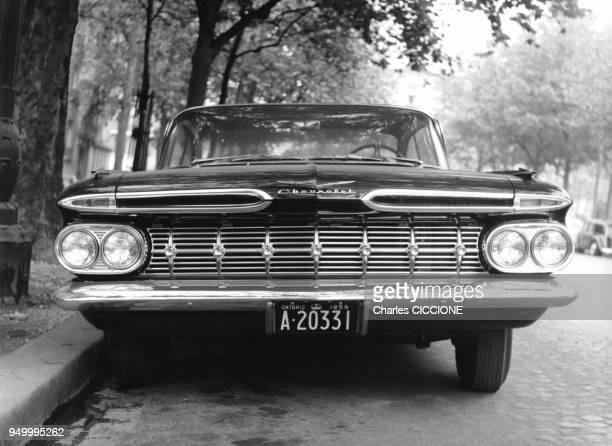 Chevrolet Impala noire de 1959 en stationnement circa 1960 a Paris France