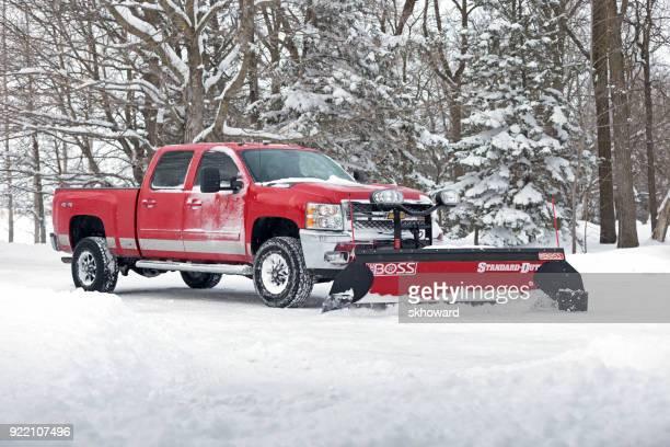 chevrolet pick-up-truck pflügen neuschnee - schneefahrzeug stock-fotos und bilder
