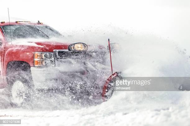 新鮮な雪を耕してシボレー ピックアップ トラック - 耕す ストックフォトと画像