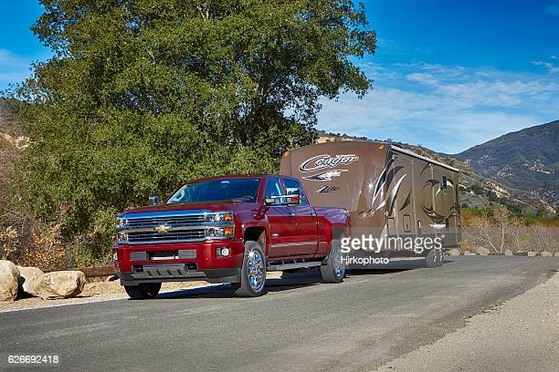 chevy silverado pickup pulling cougar trailer by keystone - chevrolet stock pictures, royalty-free photos & images