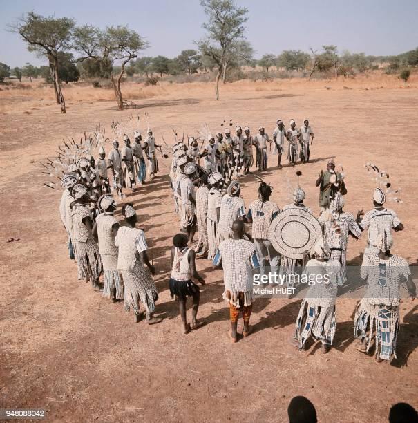 Chez les Samo du Yatenga il existe une division binaire qui oppose les gens de la pluie aux gens de la terreles danseurs portent des vêtements et des...