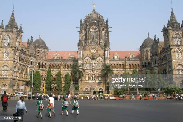 chhatrapati shivaji maharaj terminus (victoria terminus) railway station, mumbai (bombay) - argenberg fotografías e imágenes de stock