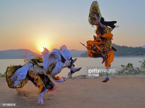 chhau dance (at murguma village, purulia, west ben - westbengalen stock-fotos und bilder