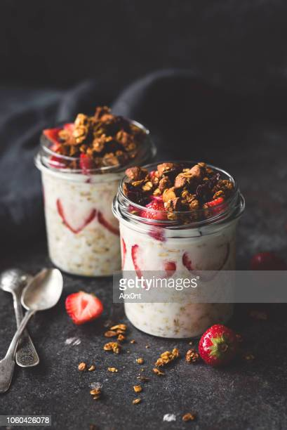 chia pudding with strawberries and granola on top - nagerecht stockfoto's en -beelden