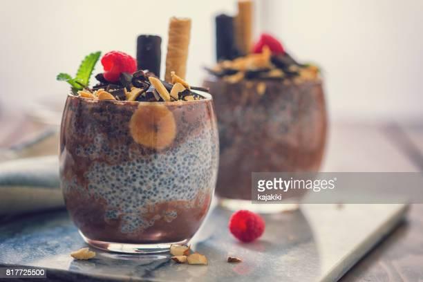 Chia-Samen-Pudding mit Schokolade und Bananen