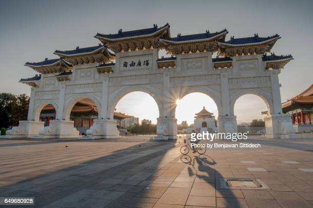 chiang kai shek memorial hall in taipei, taiwan - taipei stock pictures, royalty-free photos & images