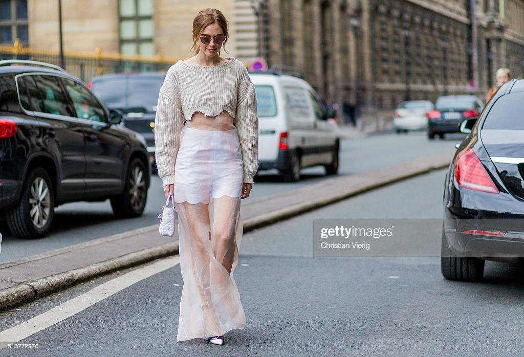 Street Style -Paris Fashion Week : Day Four Womenswear Fall Winter 2016/2017 : Photo d'actualité