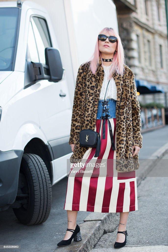 Street Style: February 25 - Milan Fashion Week Fall/Winter 2017/18 : News Photo