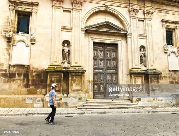 chiaramonte (ragusa), sizilien: touristische besichtigung chuch - sizilien stock-fotos und bilder
