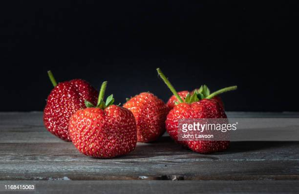 chiaroscuro still life study - strawberries - 熟した ストックフォトと画像