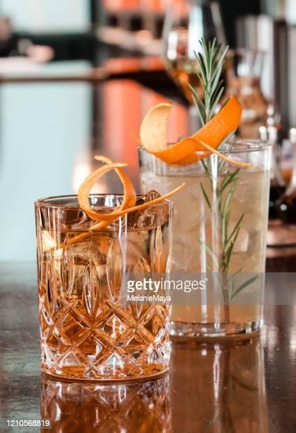 cocktail chic sul bancone del bar - cocktail party foto e immagini stock