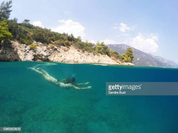 chica buceando - halved stock pictures, royalty-free photos & images