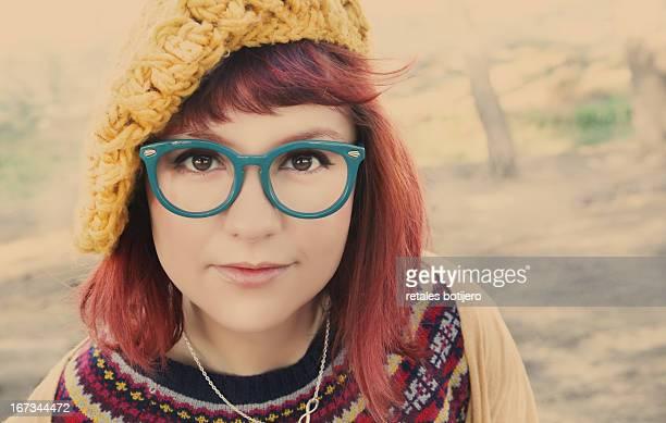 chica con gafas y boina estilo vintage