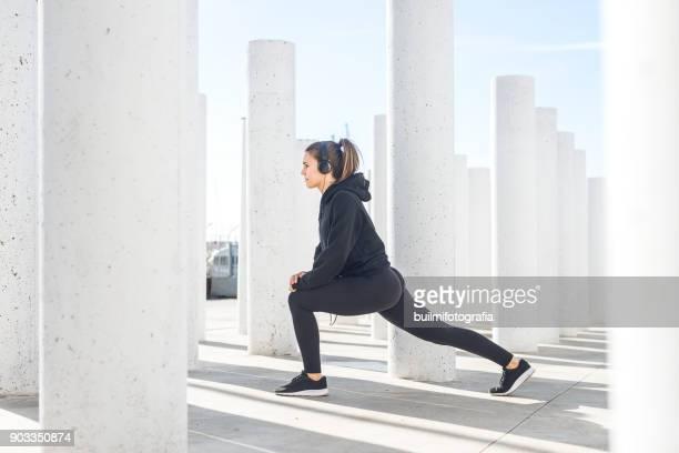 chica entrenando en ciudad - teen ass stock photos and pictures
