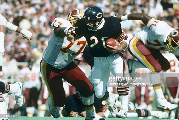 Chicago Bears fullback Matt Suhey runs past Washington Redskins defensive tackle Darryl Grant in a 4510 win on 9/29/1985