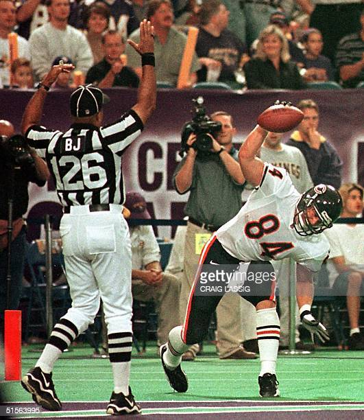 Chicago Bears' John Allred catches an 18yard Cade McNown pass and clelibrates a Bears' touchdown against the Minnesota Vikings in the first quarter...