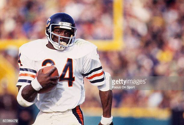 Chicago Bears' running back Walter Payton runs with the ball circa 19751987